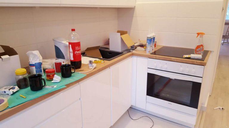 białe kafelki w kuchni