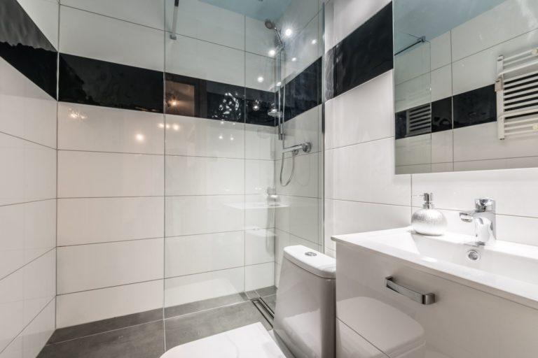biało czarne kafelki w łazience w gotowcu inwstycyjnym w lesznie