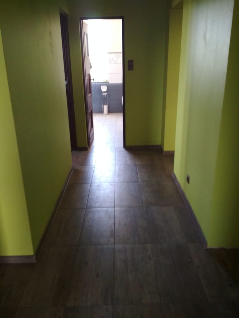 zieolny korytarz w mieszkaniu przed remontem