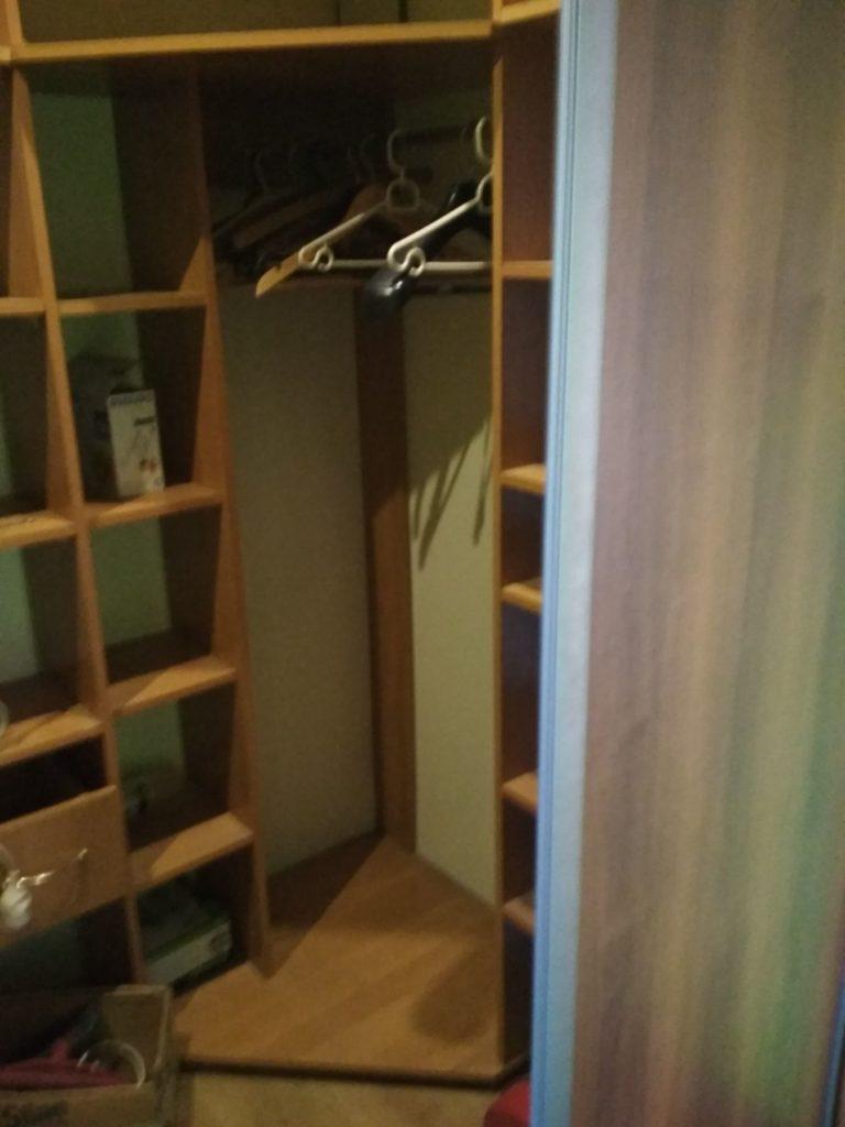 szafa w mieszkaniu na wynajem