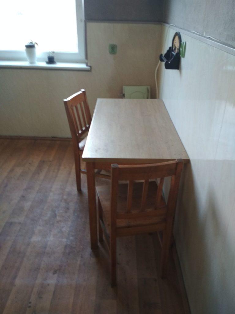 stary stół w kuchni w mieszkaniu do remontu