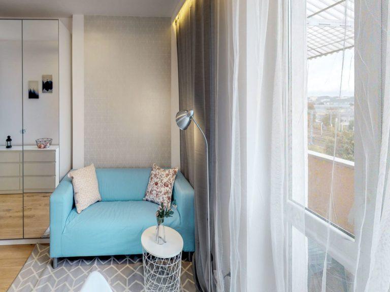 błękitna kanapa w pokoju premium w gdyni