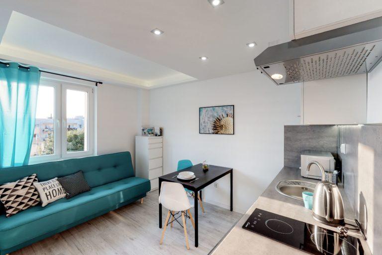 turkusowa kanapa w mieszkaniu na wynajem