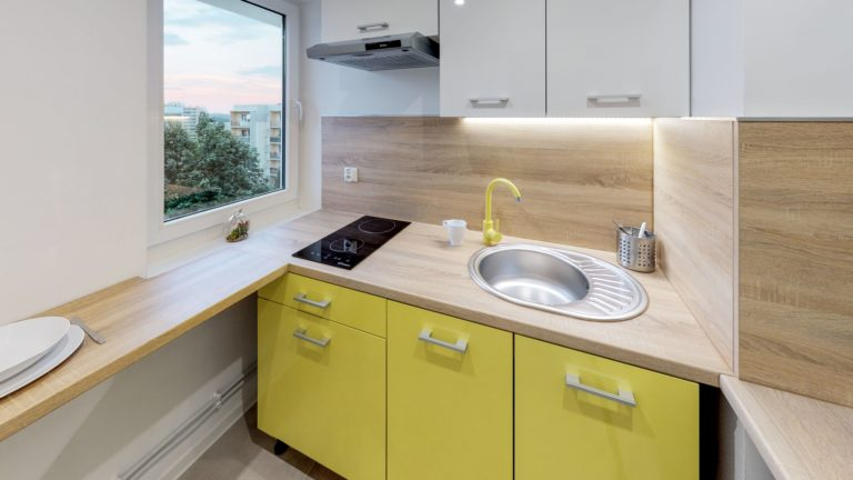 żółte meble w kuchni w gotowcu inwestycyjnym