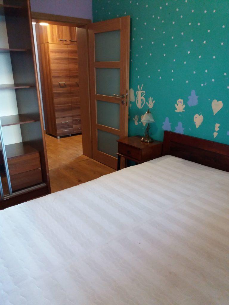 sypialnia przed remontem w mieszkaniu na wynajem