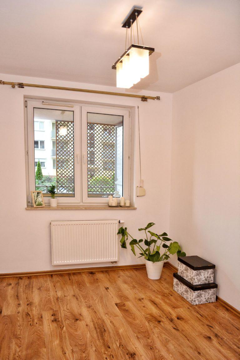 białe ściany i panela w pokoju jednoosobowym
