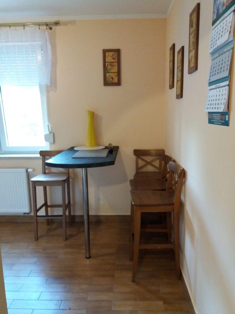 mały stolik w kuchni dla czterech osób