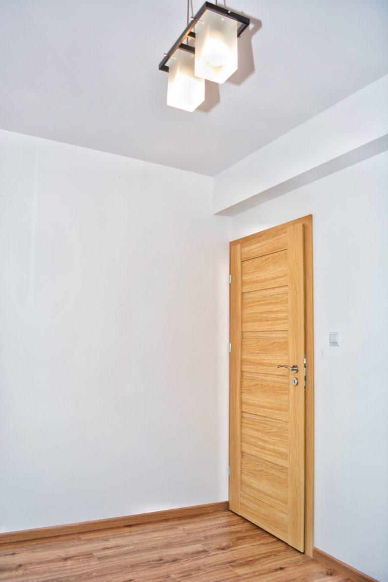 drzwi w mieszkaniu na wynajem