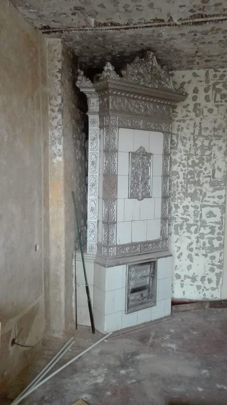 piec w kaflowy w mieszkaniu do remontu