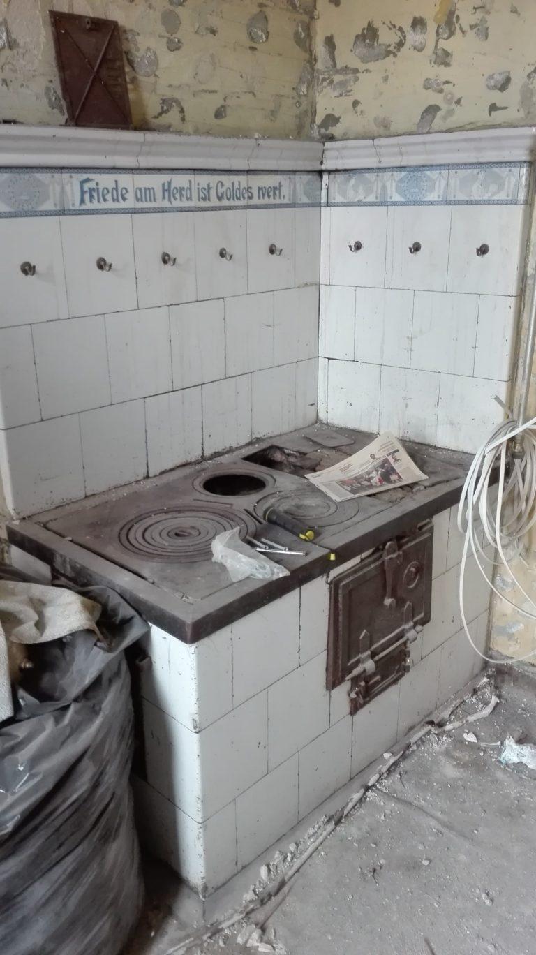 zdjęcie pieca kaflowego w mieszkaniu do remontu