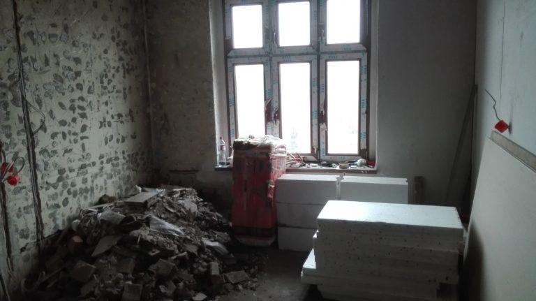 gruz w pokoju do remontu