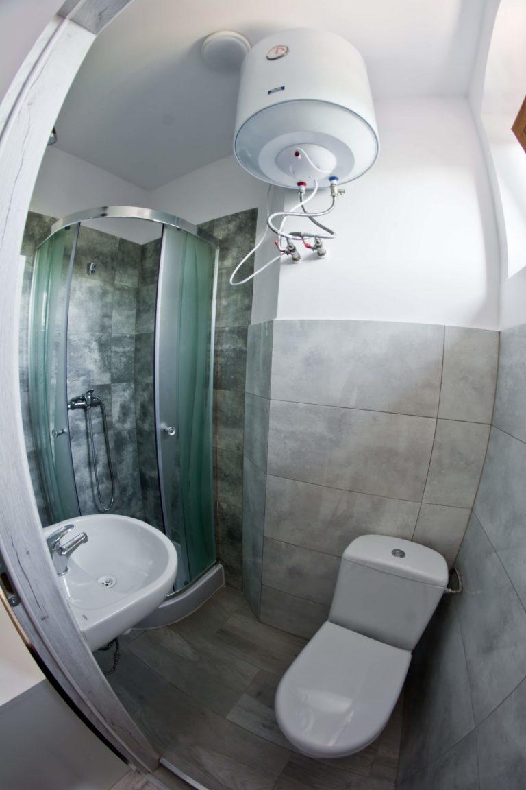 podwieszany boiler w małej łazience