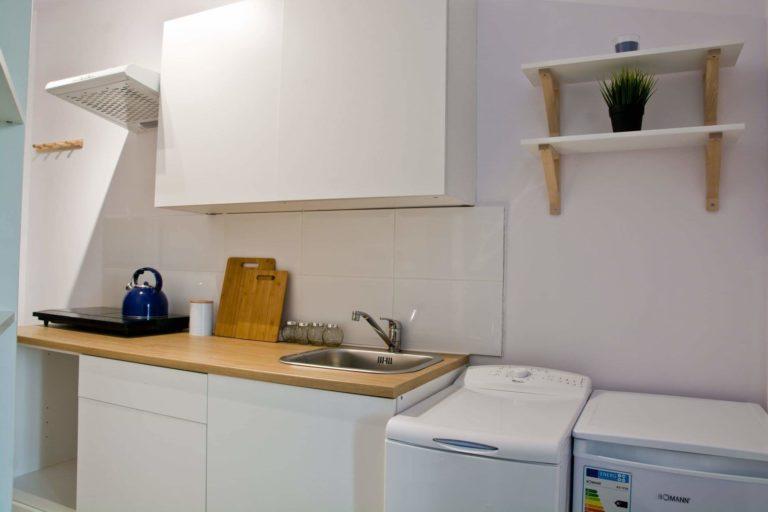 zdjęcie wyposażenia kuchni w mikrokawalerce